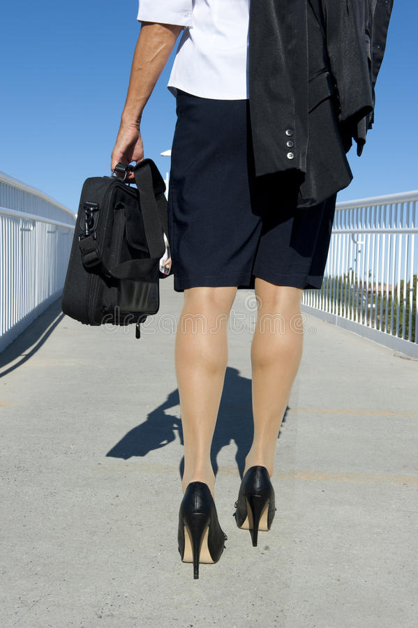 Bedrijfs Vrouw met het lopen van de Aktentas royalty-vrije stock foto's