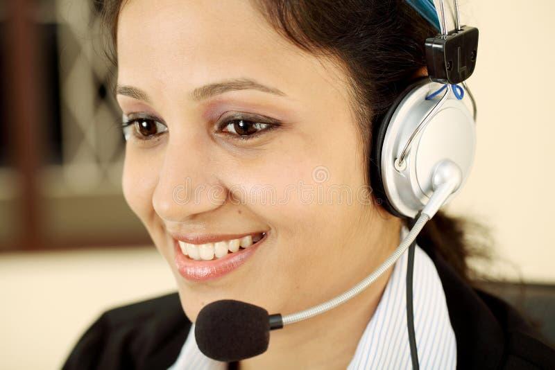 Bedrijfs vrouw met hoofdtelefoon royalty-vrije stock foto