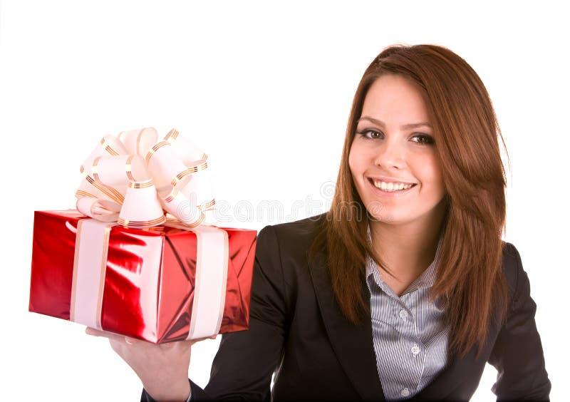 Bedrijfs vrouw met Kerstmis rode doos.