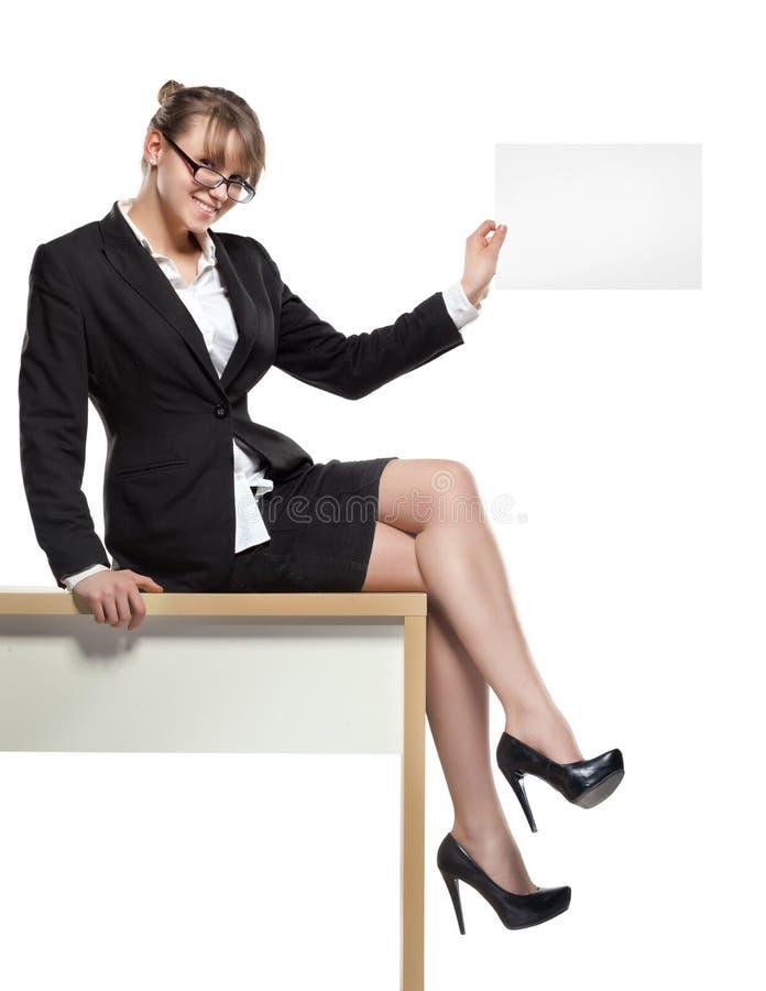 Bedrijfs vrouw met lege raad Landelijke vrouw die zich op de weg door het gebied bevinden stock foto's