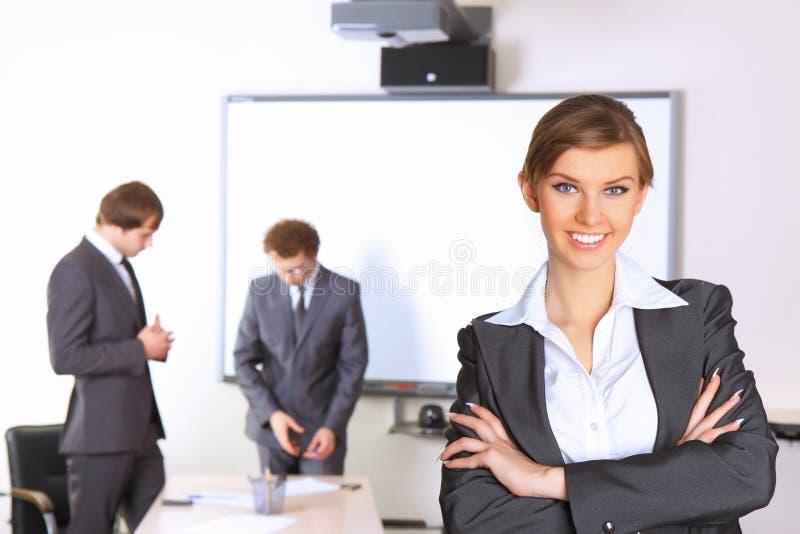Bedrijfs vrouw met teampartners royalty-vrije stock afbeelding