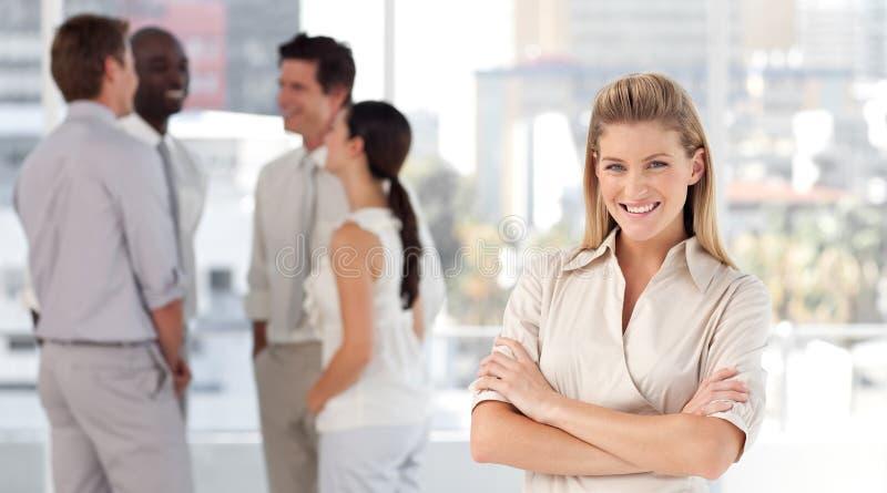 Bedrijfs vrouw met vennoten het glimlachen royalty-vrije stock foto