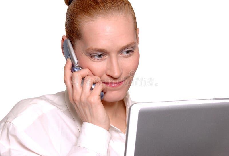 Bedrijfs vrouw op celtelefoon royalty-vrije stock foto