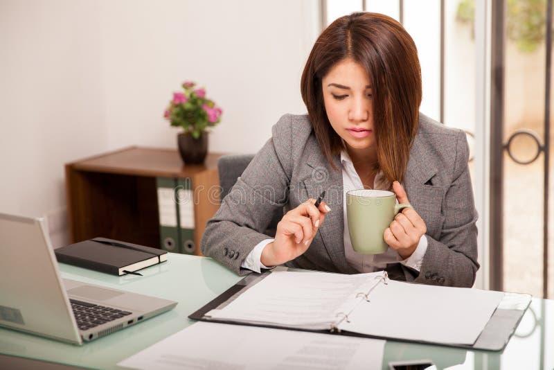 Bedrijfs vrouw op het kantoor stock afbeeldingen