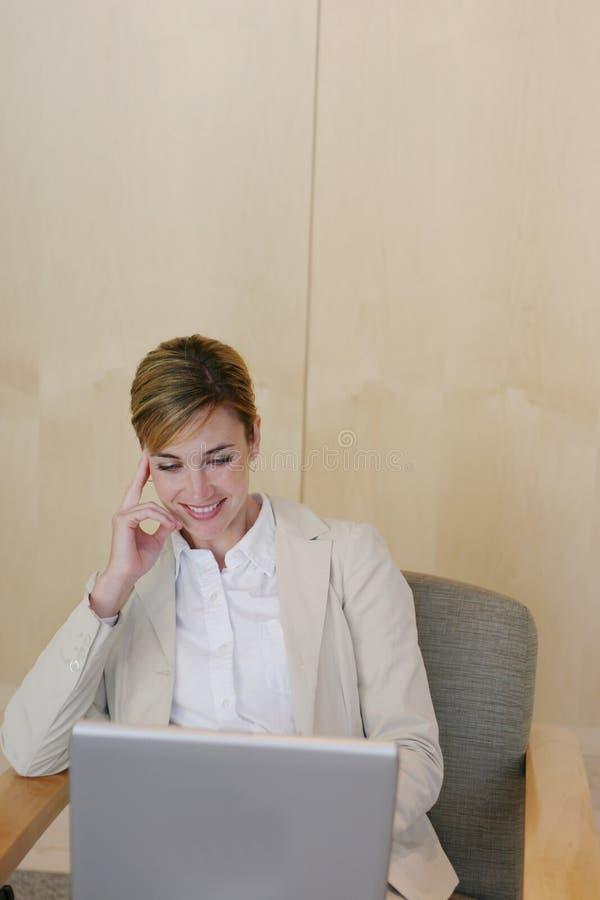 Download Bedrijfs vrouw op laptop stock afbeelding. Afbeelding bestaande uit stad - 287379