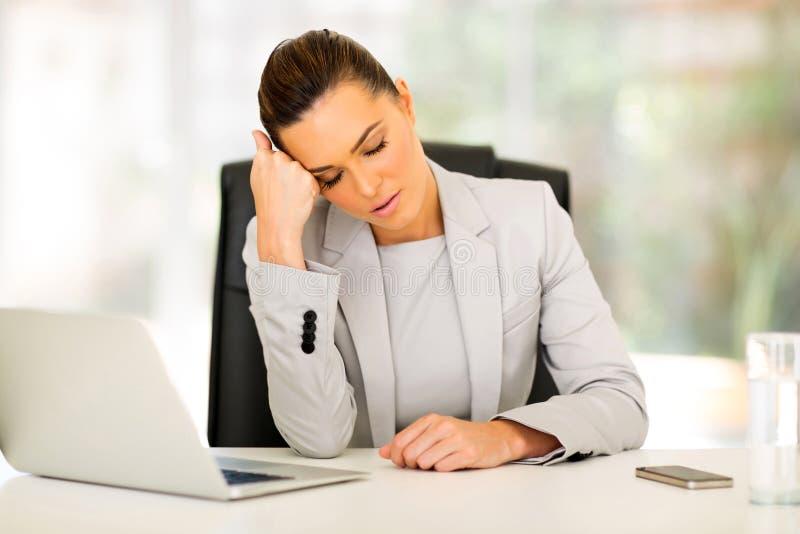 Bedrijfs vrouw in slaap bij bureau stock fotografie