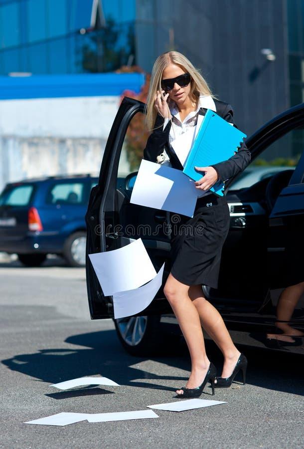 Bedrijfs vrouwen droping documenten stock afbeelding