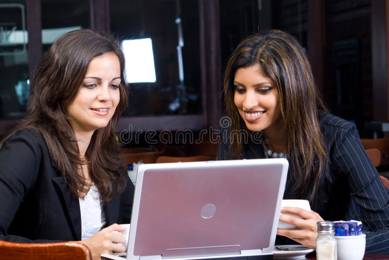 Bedrijfs vrouwen met computer stock afbeeldingen