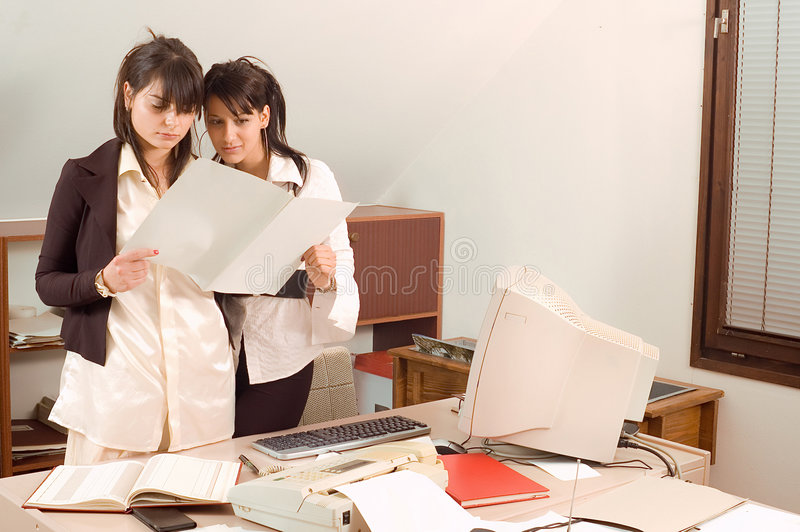 Bedrijfs vrouwen op kantoor royalty-vrije stock afbeeldingen