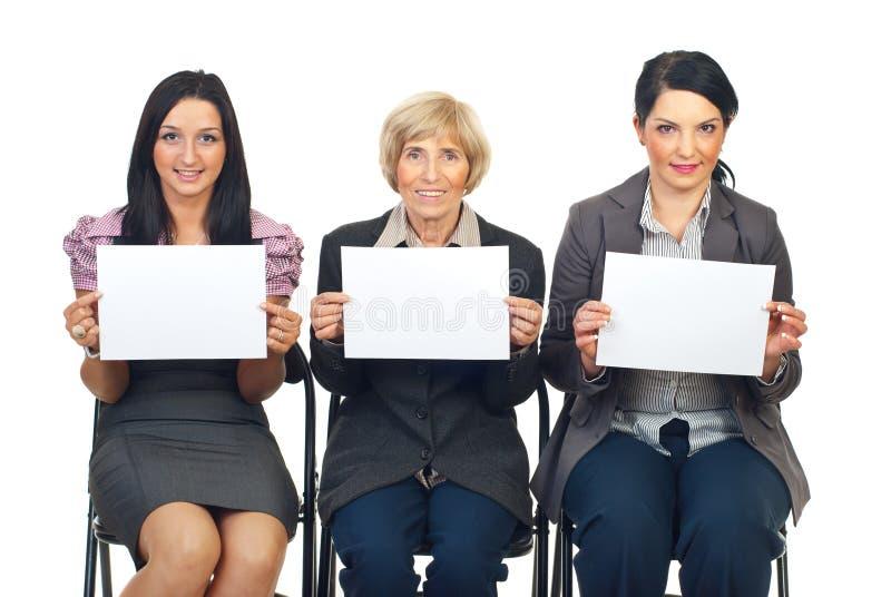 Bedrijfs vrouwenteam dat blanco pagina's toont royalty-vrije stock afbeelding