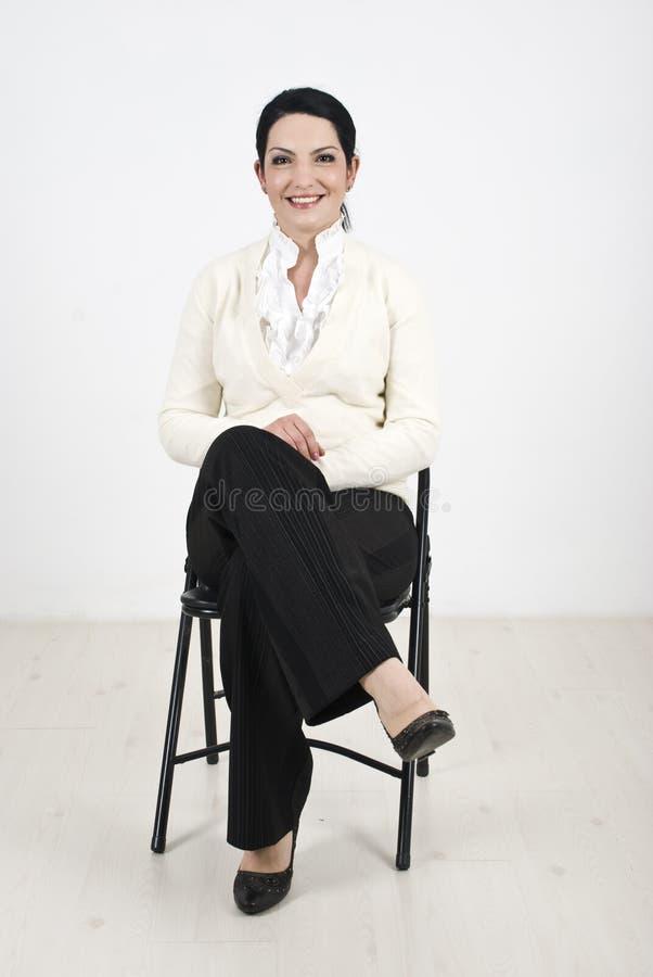 Bedrijfs vrouwenzitting op stoel royalty-vrije stock foto's