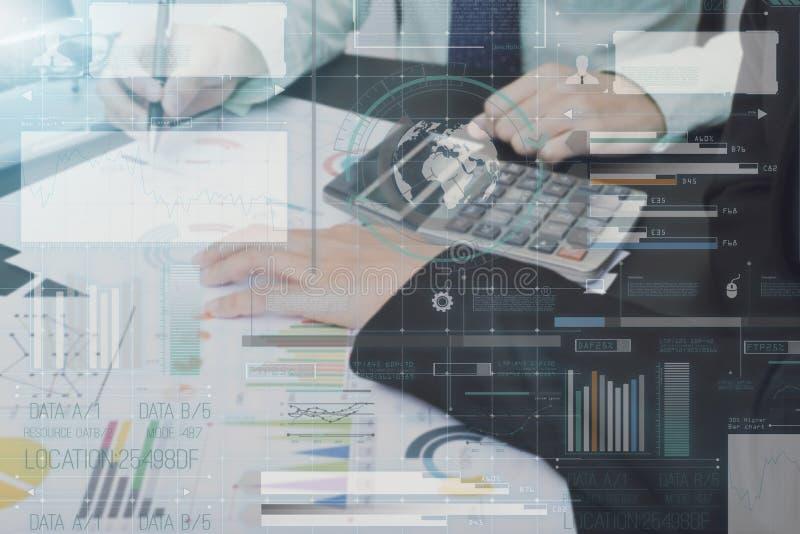 Bedrijfsaccountant met financiële de grafiek van de documenttechnologie royalty-vrije stock foto