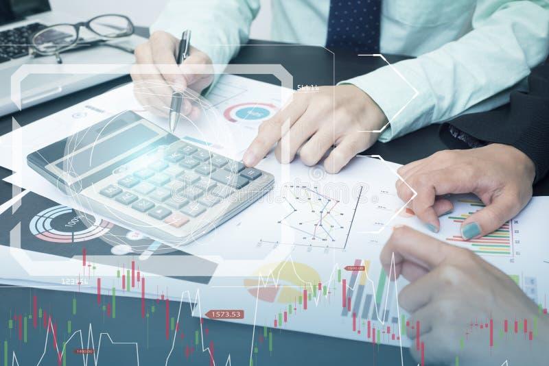Bedrijfsaccountant met financiële documentgrafiek en calculator stock afbeelding