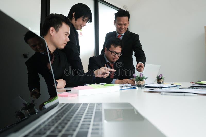 bedrijfsadviseur die bedrijffinancieel verslag analyseren Professiona stock afbeeldingen
