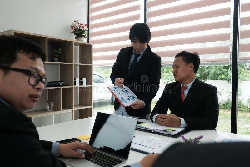 bedrijfsadviseur die bedrijffinancieel verslag analyseren Professiona stock foto