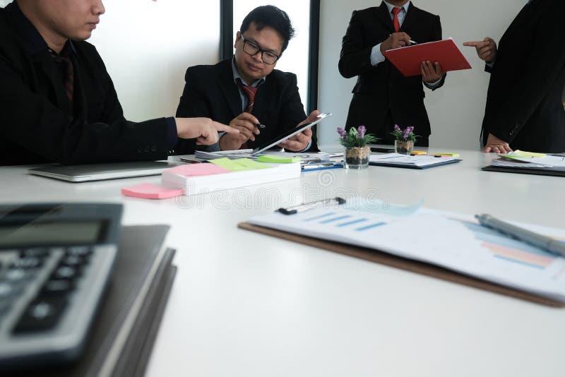 bedrijfsadviseur die bedrijffinancieel verslag analyseren Professiona stock afbeelding