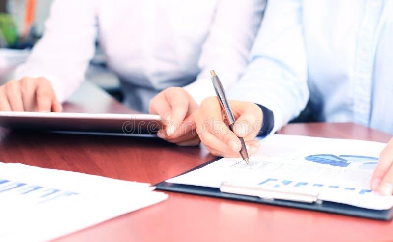 Bedrijfsadviseur die financiële cijfers analyseren stock foto