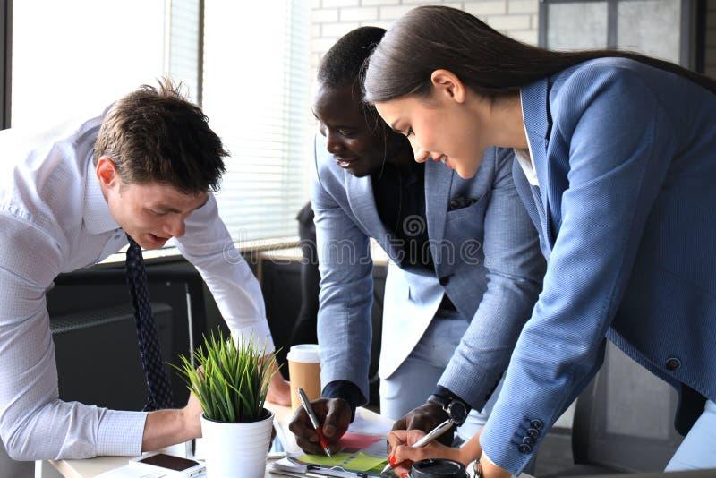 Bedrijfsadviseur die financiële cijfers analyseren die de vooruitgang in het werk van het bedrijf aanduiden stock afbeeldingen