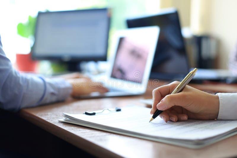 Bedrijfsadviseur die financi?le cijfers analyseren die de vooruitgang in het werk van het bedrijf aanduiden stock afbeelding