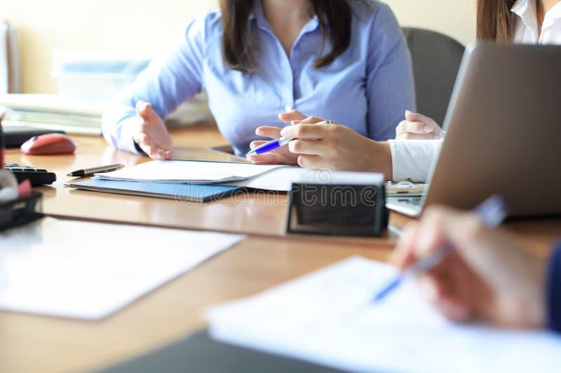 Bedrijfsadviseur die financi?le cijfers analyseren die de vooruitgang in het werk van het bedrijf aanduiden stock foto's