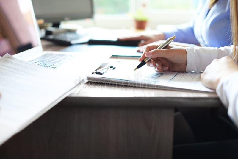 Bedrijfsadviseur die financi?le cijfers analyseren die de vooruitgang in het werk van het bedrijf aanduiden stock foto
