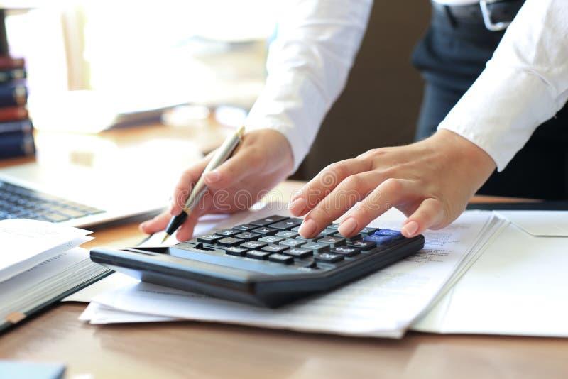 Bedrijfsadviseur die financi?le cijfers analyseren die de vooruitgang in het werk van het bedrijf aanduiden royalty-vrije stock fotografie