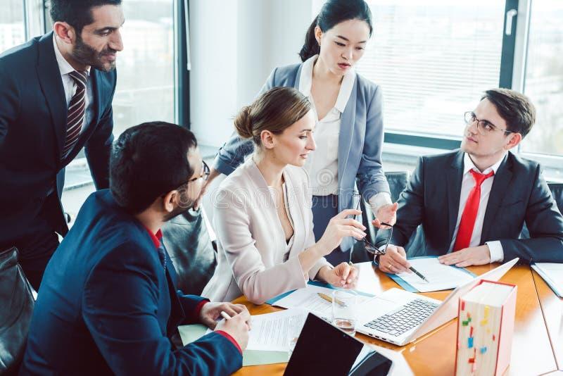 Bedrijfsadviseurs die een overeenkomst structureren stock foto