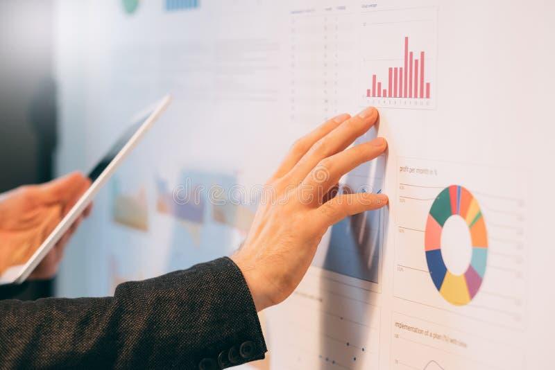 Bedrijfsanalyst die bedrijfgroeipercentages bestuderen royalty-vrije stock afbeelding