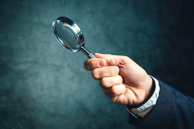 Bedrijfsanalytics en statistieken die een vergrootglas met behulp van royalty-vrije stock foto's