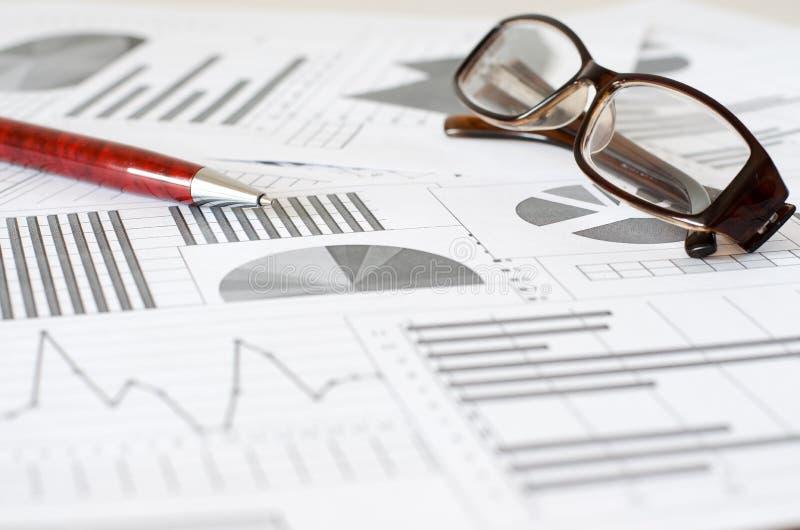 Bedrijfsanalytics, grafieken en grafieken Het schematische trekken op pa royalty-vrije stock afbeelding