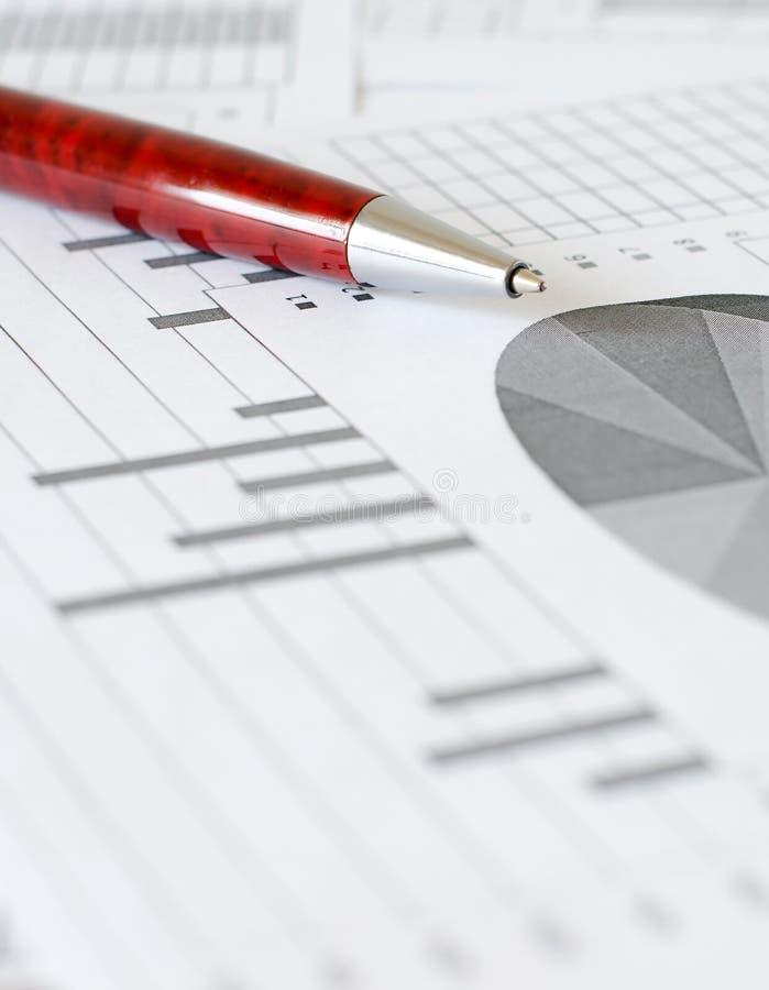 Bedrijfsanalytics, grafieken en grafieken Het schematische trekken op pa stock afbeeldingen
