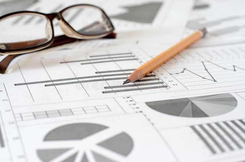 Bedrijfsanalytics, grafieken en grafieken Het schematische trekken op papier stock fotografie