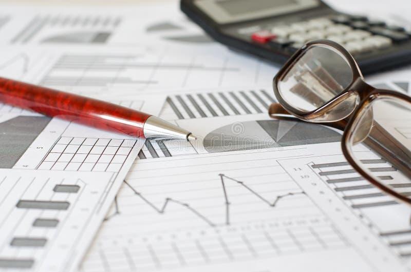 Bedrijfsanalytics, grafieken en grafieken Pen, glazen, calculator stock fotografie