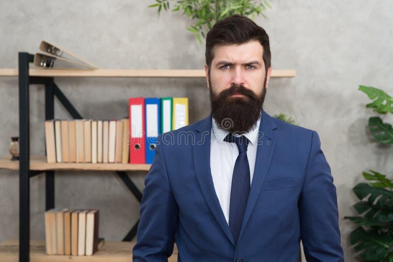 Bedrijfsbankier Moderne Zakenman E Mannetje in bedrijfsbureau Gebaarde mensenbankier Rijpe hipster royalty-vrije stock foto's