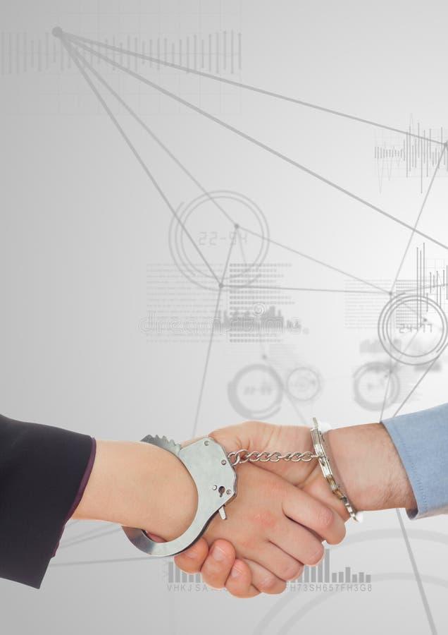 Bedrijfsberoeps die handen met handcuff schudden tegen digitale interface op achtergrond stock foto's