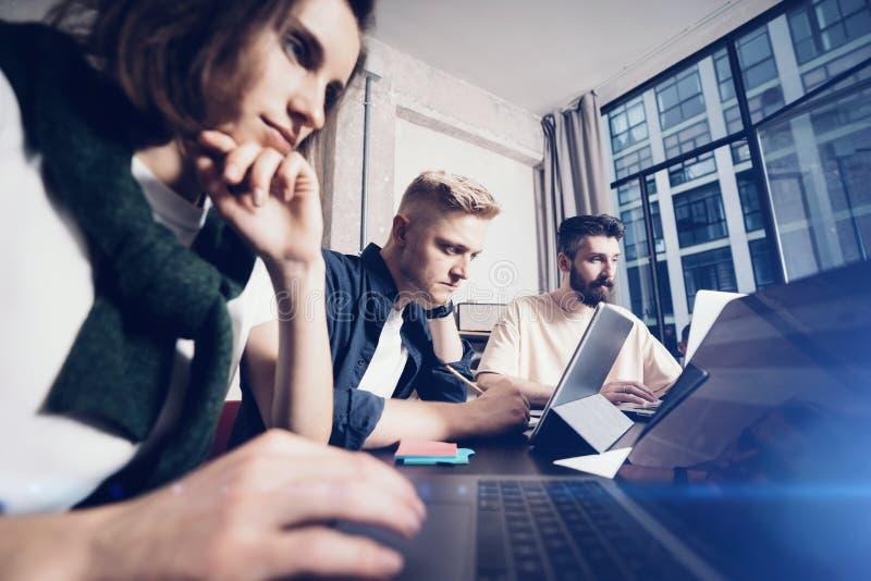 Bedrijfsberoeps op het werk ogenblikken Groep jonge zekere coworking mensen die gegevens analyseren die computer met behulp van t royalty-vrije stock afbeelding