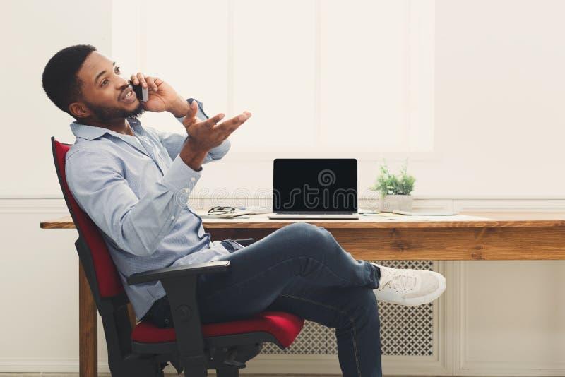 Bedrijfsbespreking, vrouw het raadplegen telefonisch op kantoor royalty-vrije stock foto
