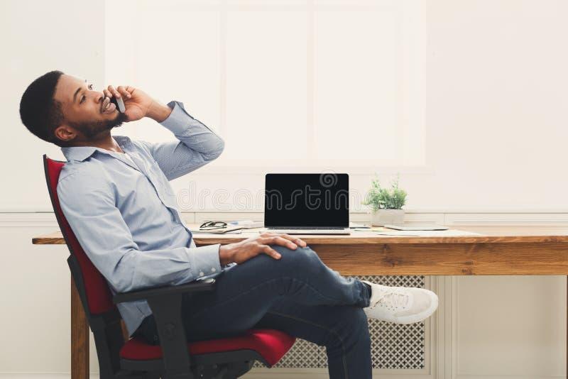 Bedrijfsbespreking, vrouw het raadplegen telefonisch op kantoor stock foto
