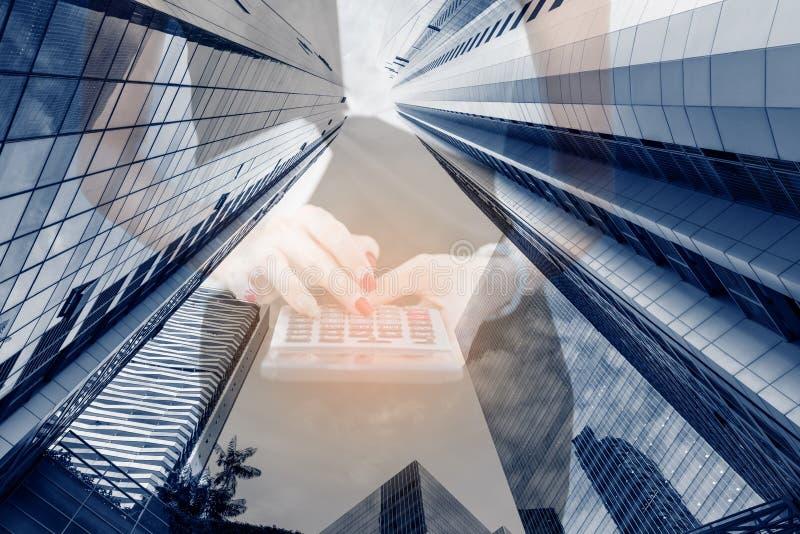 Bedrijfsboekhouding en het Financiële Concept van de Handel Dubbele Blootstelling, Close-up van Bedrijfsvrouw die Calculator met  royalty-vrije stock afbeelding