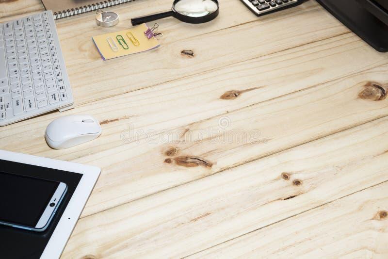 Bedrijfsbureaulijst met computer, smartphone, tablet, notitieboekje, pen stock fotografie