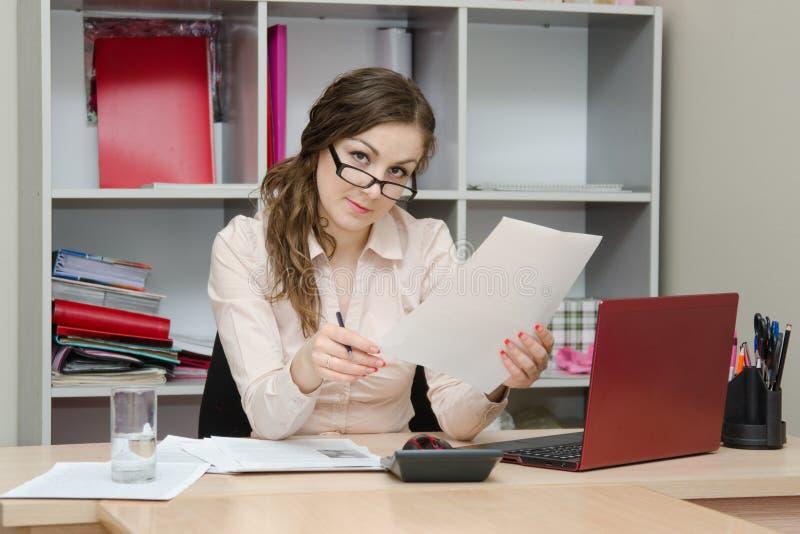 Bedrijfsbureaumeisje die een document lezen royalty-vrije stock foto