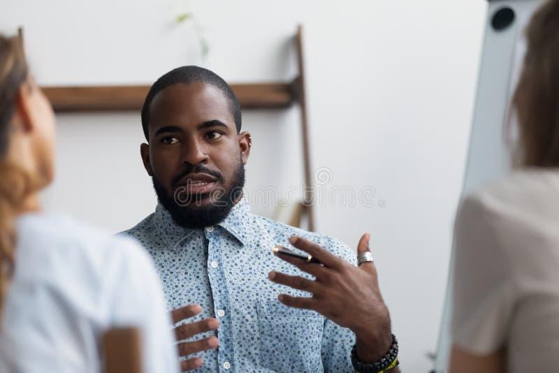 Bedrijfsbus die jonge bedrijfarbeiders onderwijzen die over busi vertellen royalty-vrije stock afbeeldingen