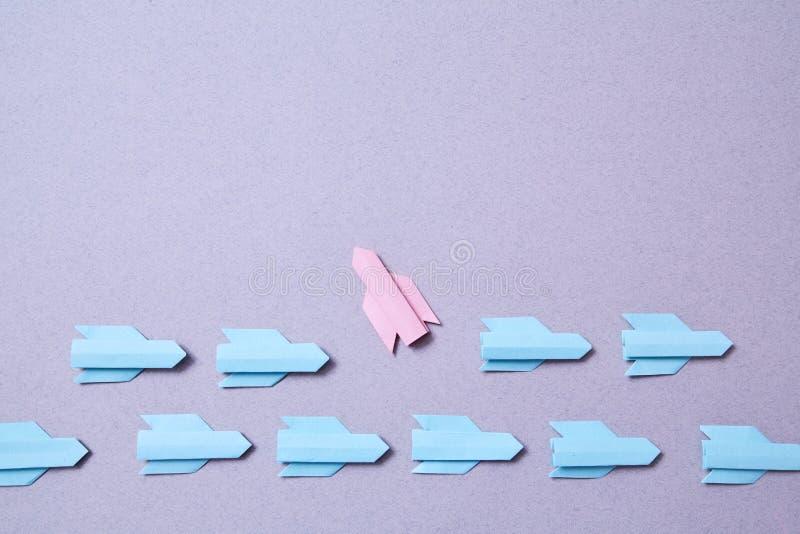 Bedrijfscarrière, succes en individualiteitsconcept Oplossing, rivaliteit en uitdaging Rode en blauwe origamiraketten stock foto's