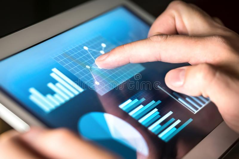 Bedrijfscijfers, grafieken, grafiek en statistieken Markt of economisch verslag voor financiële analyse stock fotografie