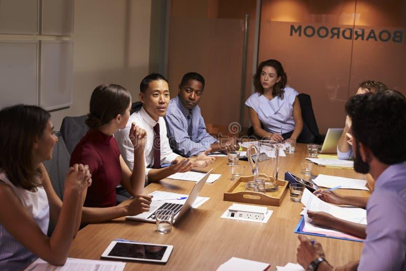 Bedrijfscollega's in bespreking op een vergadering in bestuurskamer royalty-vrije stock foto's