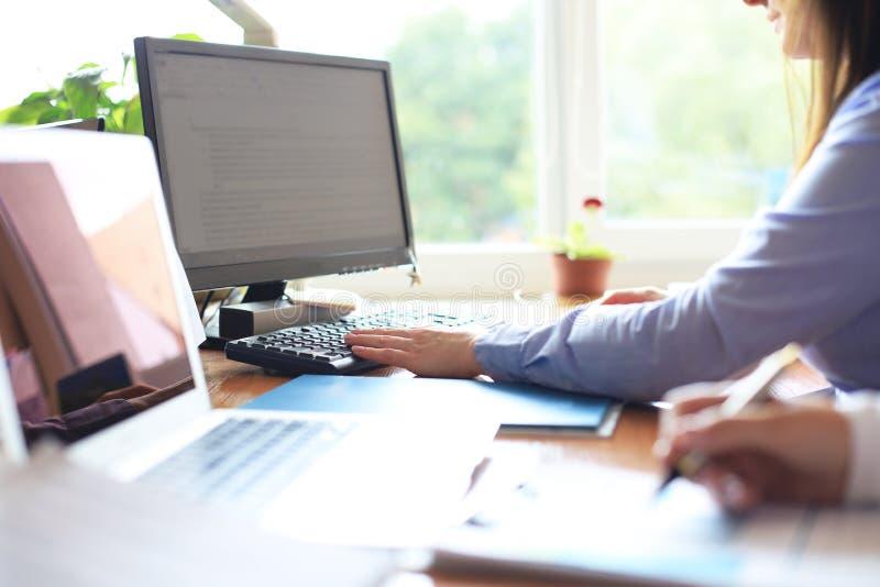 Bedrijfscollega's die de nieuwe gegevens van de plan financiële grafiek over bureaulijst bespreken met laptop en digitale tablet royalty-vrije stock fotografie