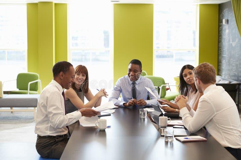 Bedrijfscollega's die een informele vergadering hebben op het werk royalty-vrije stock foto's