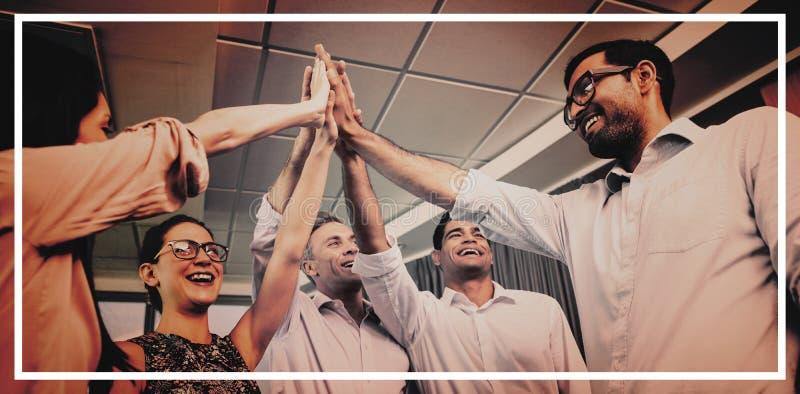 Bedrijfscollega's die hoogte vijf geven tijdens vergadering in bureau stock fotografie