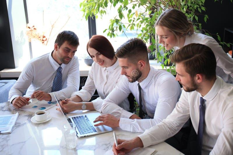 Bedrijfscollega's die nieuwe kansen bespreken Mensen en Technologie stock foto