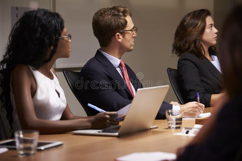 Bedrijfscollega's die op bestuurskamervergadering luisteren royalty-vrije stock foto